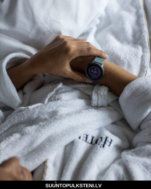 sieviešu fitnesa pulkstenis - suunto 3 mēra miega kvalitāti